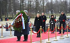 В. Матвиенко в76-ю годовщину полного освобождения Ленинграда отфашистской блокады возложила венок наПискаревском кладбище