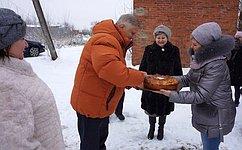 Ю.Волков подарил спортивную форму хоккеистам школьной команды вКалужской области