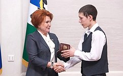 Н.Болтенко вручила российские паспорта представителям актива детского имолодежного движения Новосибирской области