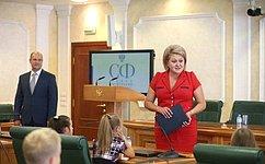 Л. Гумерова вручила награды юным художникам— участникам выставки «Память всердце храня»
