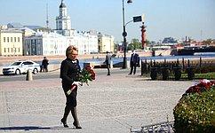 В. Матвиенко возложила цветы кпамятнику ПетруI наСенатской площади Санкт-Петербурга