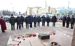 Олег Королев возложил цветы кВечному огню