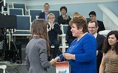 Сенаторы вручили паспорта старшеклассникам московских школ