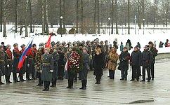 В. Матвиенко возложила цветы наПискаревском кладбище послучаю Дня полного освобождения Ленинграда отфашистской блокады