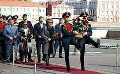 В.Матвиенко вСанкт-Петербурге приняла участие втрадиционном возложении цветов кпамятнику основателю города— ПетруI