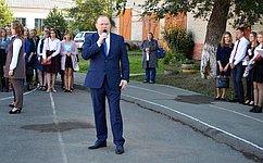 В. Лаптев поздравил сДнем знаний учащихся ипедагогов образовательных учреждений Новосибирской области