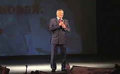 С. Михайлов передал кисеты состалинградской землей навечное хранение родным погибших бойцов 321-й Забайкальской дивизии