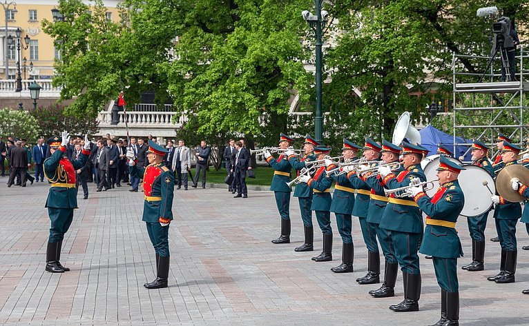 Возложение венка ицветов кМогиле Неизвестного Солдата уКремлевской стены