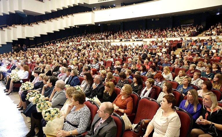 Наталия Косихина приняли участие вобластном торжественном мероприятии, посвященном Дню учителя