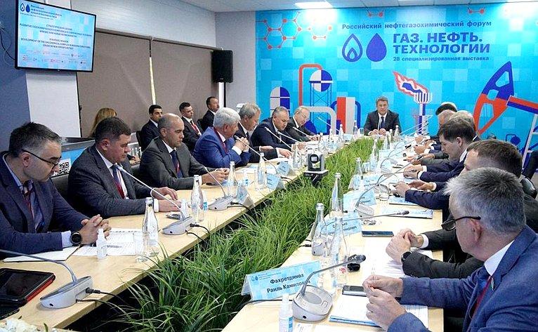 Ирек Ялалов принял участие вРоссийском нефтегазохимическом форуме и28-й специализированной выставке «Газ. Нефть. Технологии»