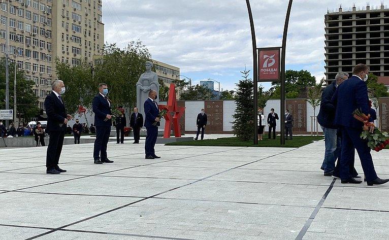 Алексей Кондратенко принял участие ввозложении цветов кВечному огню наплощади Памяти Героев встолице Кубани