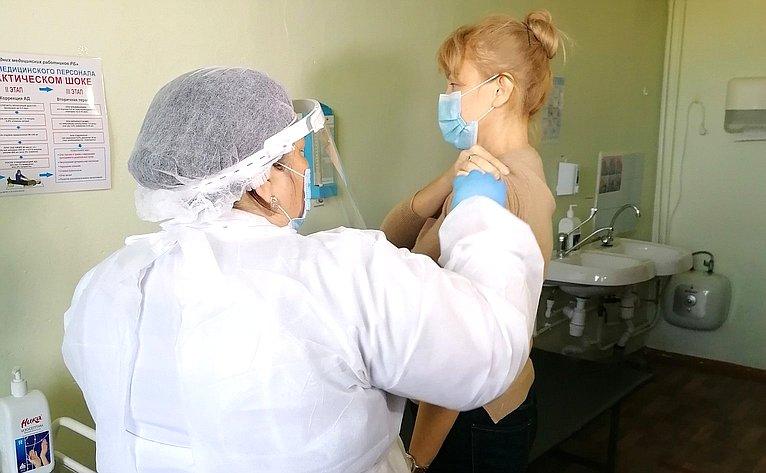 Вячеслав Наговицын посетил прививочный пункт