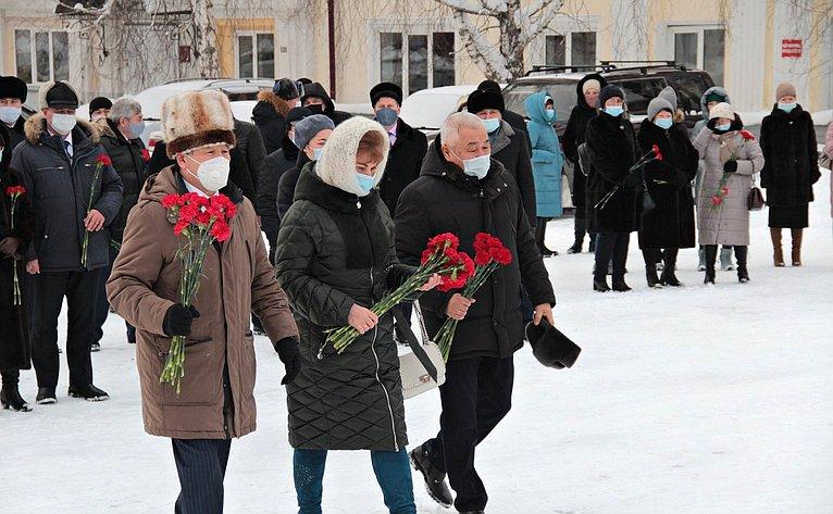 Татьяна Гигель приняла участие вцеремонии возложения цветов кпамятнику Григорию Ивановичу Чорос-Гуркину