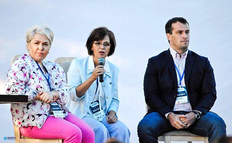 Елена Попова иЭдуард Исаков встретились смолодыми активистами врамках образовательного форума «Волга-2017» вВолгоградской области