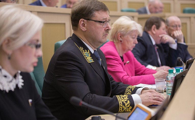 К. Косачев иО. Ковитиди на386-м заседании Совета Федерации
