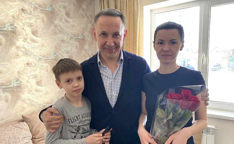 Олег Алексеев вовремя рабочей поездки врегион поздравил сДнем рождения маленького жителя города Энгельса
