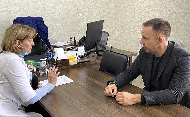 Встреча Олега Алексеева сдиректором Саратовского аптечного склада Еленой Ивановой