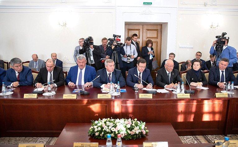 В. Матвиенко иМ. Мясникович провели совместную встречу сруководителями субъектов России иБеларуси