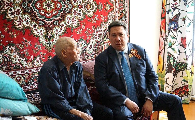 Владимир Полетаев навестил фронтовиков, проживающих вГорно-Алтайске