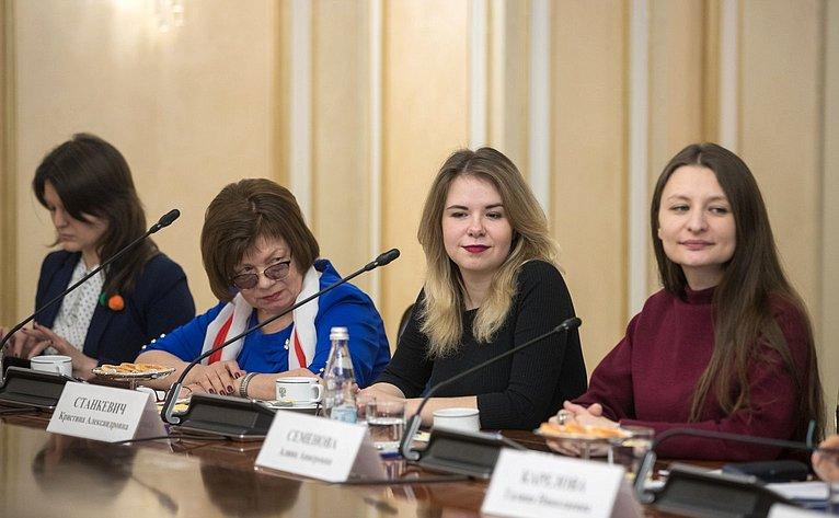 Встреча В.Матвиенко сженщинами-участницами волонтерского марафона, приуроченного кГоду добровольца вРоссии