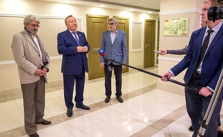 Открытие вСовете Федерации выставки скульптуры играфики Олега Закоморного
