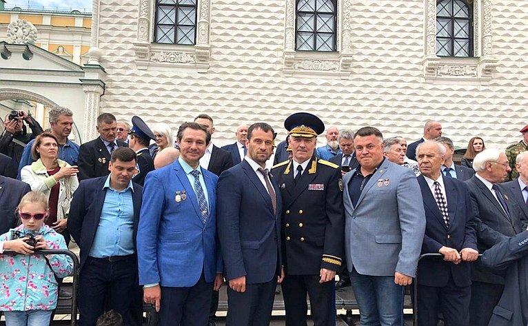 Сенатор Эдуард Исаков поздравил кремлевцев Президентского полка спринятием присяги