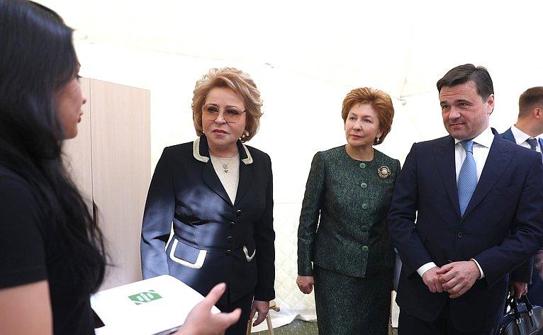 В. Матвиенко иГ. Карелова наоткрытии выставки
