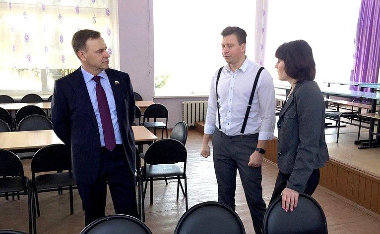 Виктор Новожилов осмотрел первую вАрхангельской области научно-учебную лабораторию «Агрокуб»