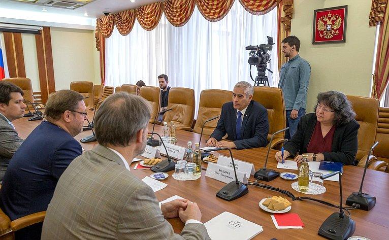 Встреча Константина Косачева c Чрезвычайным иПолномочным Послом Республики Куба вРФ Херардо Пеньяльвером Порталем