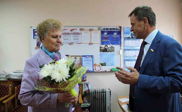 Виктор Новожилов встретился спедагогом, ветеранам труда Ниной Михайловной Петровой, поздравил ее сДнем знаний