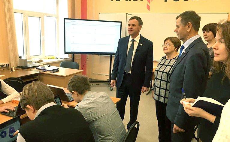 Виктор Новожилов осмотрел центр образования цифрового игуманитарного профилей «Точка роста»