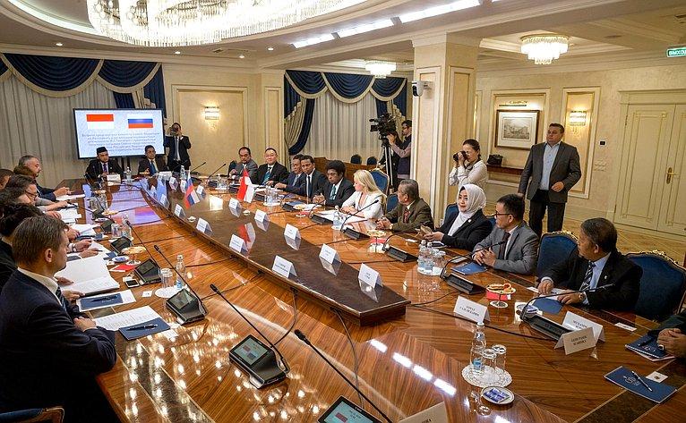 Встреча Вячеслава Тимченко спредседателем Почетного собрания Совета представителей регионов Республики Индонезии Мервином Садипуном Комбером