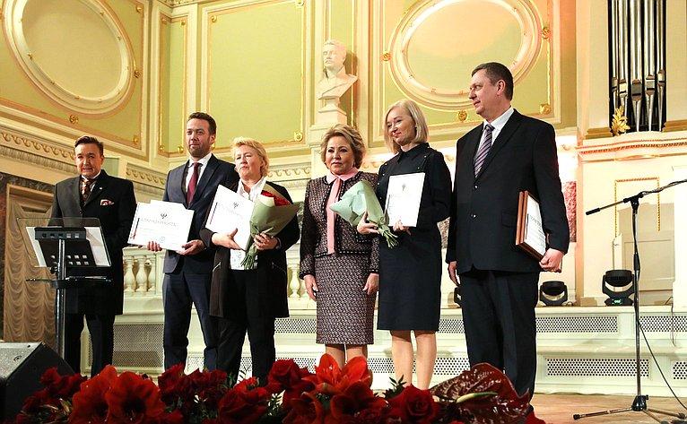 Валентина Матвиенко приняла участие вторжественных мероприятиях, посвящённых 100-летию СПХФУ вСанкт-Петербурге