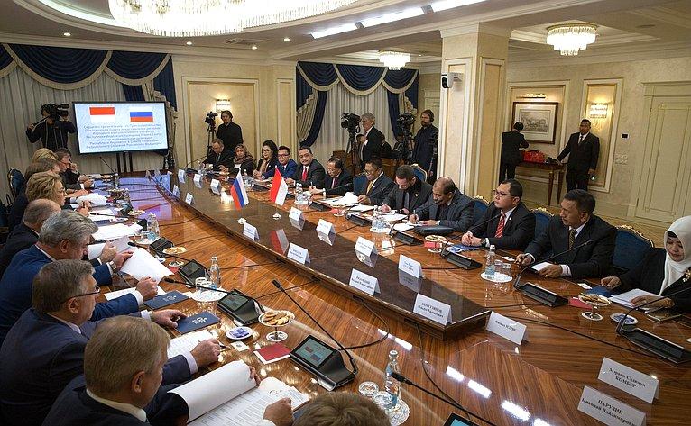Валентина Матвиенко провела встречу сПредседателем Совета представителей регионов Народного консультативного конгресса Республики Индонезии Усманом Саптой