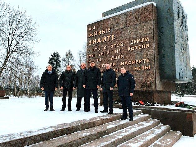 Дмитрий Василенко иАлександр Карелин возложили цветы кпамятнику «Рубежный камень», почтили память воинов, защищавших Ленинград