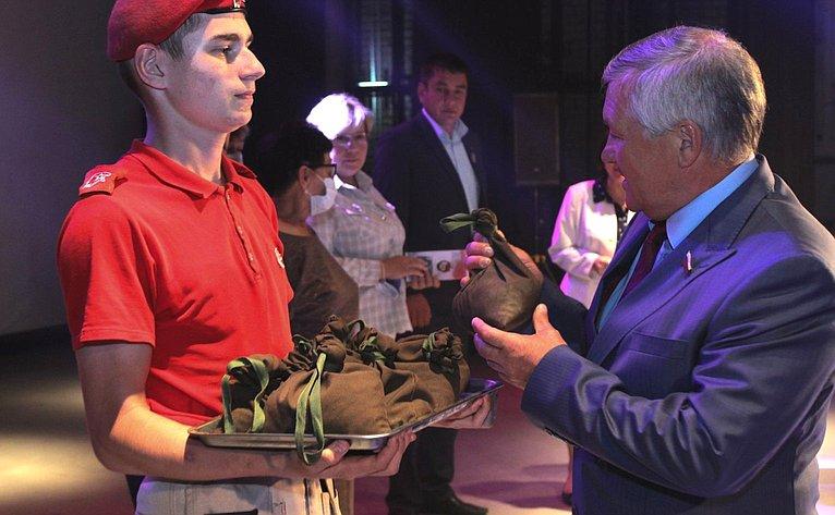 Сергей Михайлов передал кисеты состалинградской землей навечное хранение родным погибших бойцов 321-й Забайкальской дивизии
