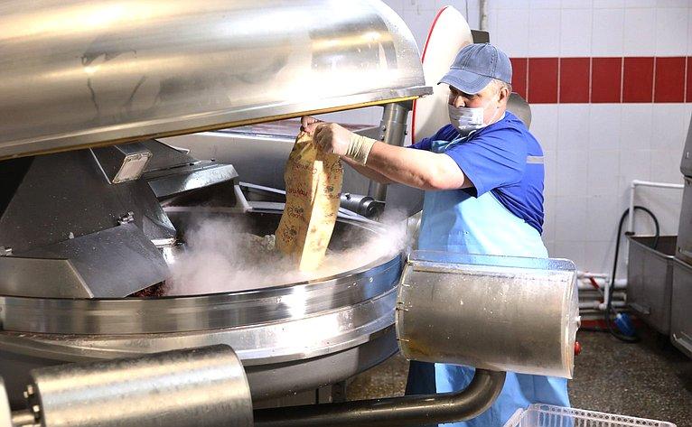 Юрий Валяев посетил колбасный завод Биробиджана