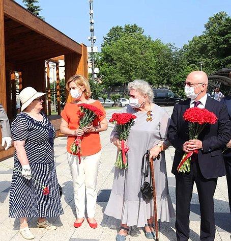Инна Святенко приняла участие вторжественном открытии мемориалов, восстановленных попросьбе жителей московского района Капотня