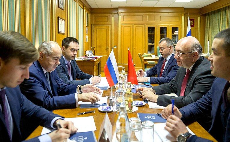 Встреча Ильяса Умаханова сЧрезвычайным иПолномочным Послом Турецкой Республики вРФ Мехметом Самсаром