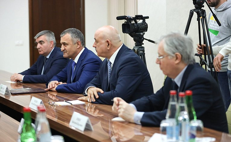 Встреча российских парламентариев спрезидентом Республики Южная Осетия Анатолием Бибиловым
