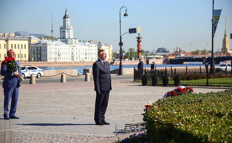 Церемония возложения цветов кподножию памятника основателю Санкт-Петербурга Петру Первому
