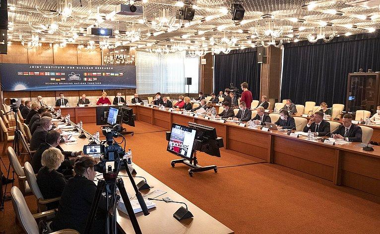 Комитет Совета Федерации понауке, образованию икультуре вг. Дубне Московской области провел совместно сОбъединенным институтом ядерных исследований выездное заседание