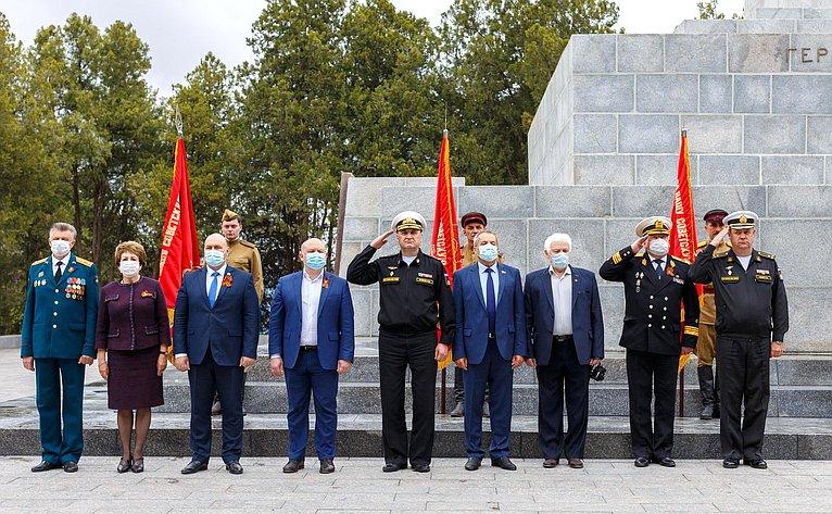 Е. Алтабаева иВ. Куликов приняли участие ввозложении цветов кобелиску Славы наСапун-горе
