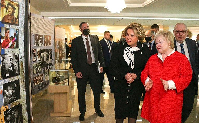 Валентина Матвиенко осмотрела выставку, посвященную 100-летию содня рождения Юрия Никулина