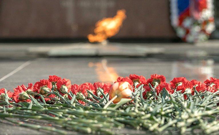 Церемония возложения венков ицветов кмемориалу «Вечный огонь Славы»