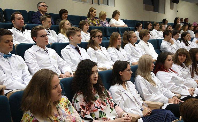 Церемония посвящения встуденты будущих врачей вНациональном медицинском исследовательском центре имени В.А. Алмазова вСанкт-Петербурге