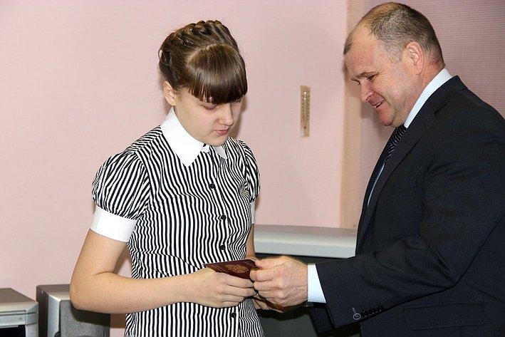 Игорь Чернышев в ходе рабочей поездки в регион вручил паспорта школьникам и встретился с мостостроителями