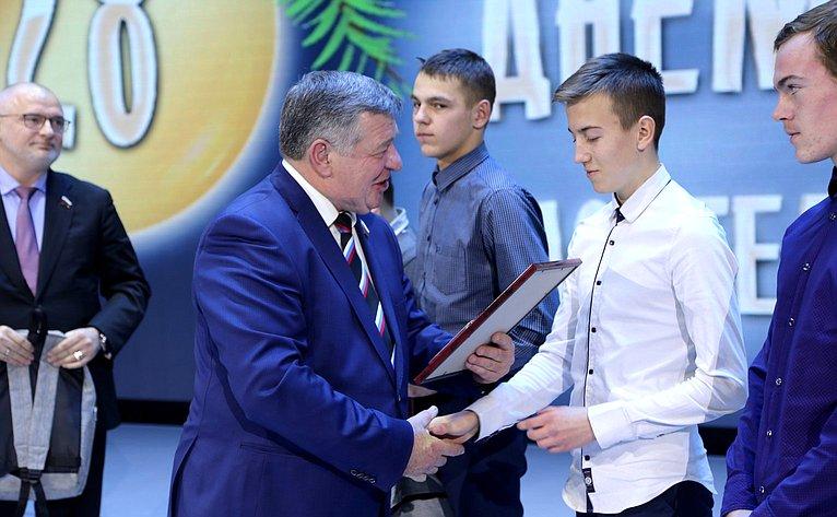 В. Семенов вручил награды детям-героям Красноярского края
