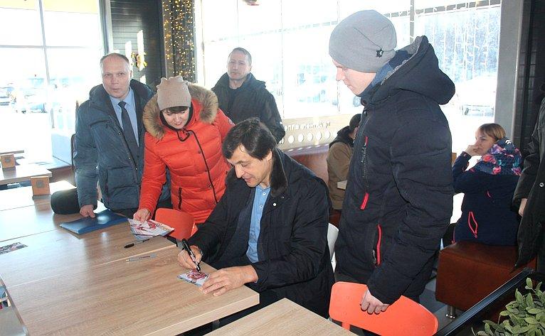 Ю. Воробьев ипрезидент Федерации хоккея Московской области В. Каменский посетили Арктический спасательный центр «Вытегра»