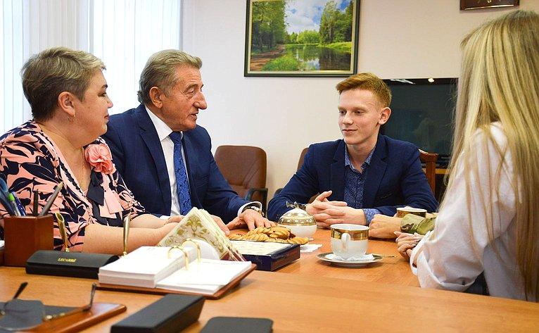 Сергей Лукин встретился сТимофеем Савинковым– 15-летним подростком изКалачеевского района, совершившим героический поступок